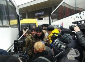 Одесса встретила бойцов из зоны АТО. Героям вручили украинский флаг с написанными на нем словами благодарности