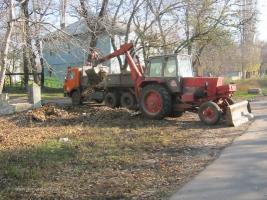 Николаевские коммунальщики борются с опавшими листьями, которые вследствие холодов норовят «захватить» улицы