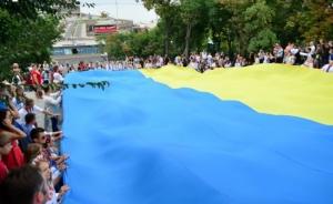 Одесситы подняли по Потемкинской лестнице флаг длиной в 24 метра
