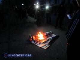 В Одессе националисты сожгли плакат с фотографиями погибших в Доме Профсоюзов