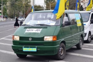 На День Защитника Украины херсонские волонтеры подарили военным автомобиль