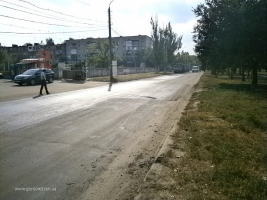 Городские власти застилают новым асфальтом дорогу по улице Чигрина