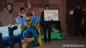 «Музыка, которая убивает»: украинцы в Страсбурге протестовали против концерта российского военного хора