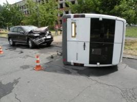 В результате ДТП в Николаеве перевернулся микроавтобус