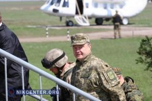 Побывав на маневрах на полигоне Широкий Лан, Президент Порошенко остался доволен десантниками