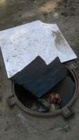 В Николаеве жители одного из городских дворов возмущены открытыми люками и вонью канализации
