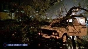 Шторм в Николаеве повредил такси и бюст адмирала Корнилова (ФОТО)