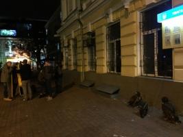 В Одессе активисты передали в зоопарк птиц, эксплуатируемых уличными фотографами