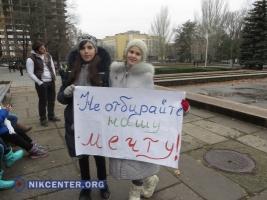 Под Николаевской ОГА пловцы требуют возобновить электроснабжение «Водолея»