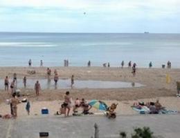 Большая волна накрыла весь пляж в Одессе