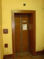 В жилом доме Одессы лифт с тремя людьми внутри упал в шахту