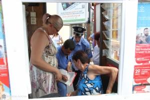 В Николаеве работники заперлись в своих киосках, узнав, что их пришли сносить чиновники (ФОТО)