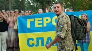 С гимном Украины, цветами и слезами встречал Николаев своих героев-десантников. Фоторепортаж