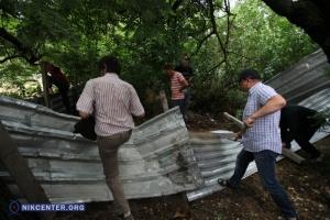 Возмущенные николаевцы снесли часть забора на месте незаконного строительства АЗС