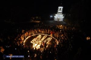 В Николаеве в память о погибших бойцах из зажженных свечей выложили герб Украины