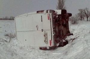 В Херсонской области на скользкой дороге перевернулся автобус с пассажирами