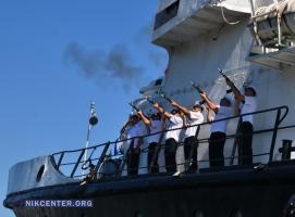 В Николаеве в День ВМС подняли флаги на боевых кораблях и спустили на воду венки (ФОТОРЕПОРТАЖ)