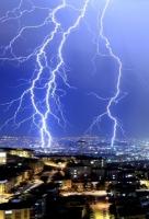 Фотографам удалось запечатлеть одну из самых мощных молний в мире