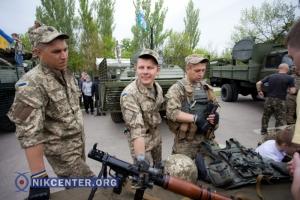 В Николаеве ко Дню Победы  прошла выставка военной техники (ФОТОРЕПОРТАЖ)