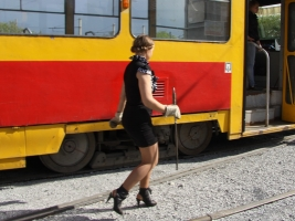 Жители Львова вручную остановили трамвай, в котором отказали тормоза (ВИДЕО)