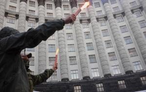 В Киеве бойцы Правого сектора пикетируют Кабмин