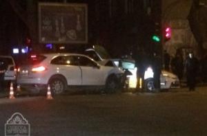 Водитель элитного автомобиля в Одессе протаранила машину полицейских