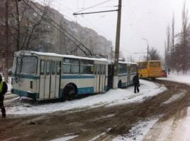 Из-за непогоды в Херсоне попал в ДТП троллейбус