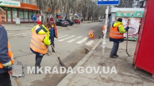 В Ленинском районе Николаева вручную очищают обочины дорог