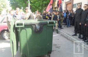 Одесские активисты хотели люстрировать в мусорном баке начальника Управления внутренней безопасности