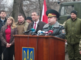 В Одессе Полторак получил гуманитарную помощь воинам АТО от посла Канады