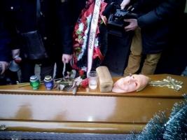 Во Львове активисты устроили торжественные «похороны» Альфа-банку