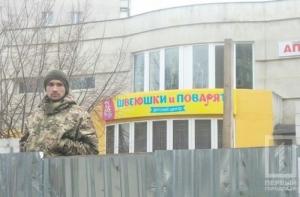 В одесских активистов, сносящих забор вокруг незаконной стройки, кинули дымовую шашку