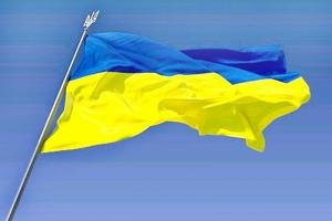 В Херсонской области развернули самый большой флаг Украины, сшитый детьми