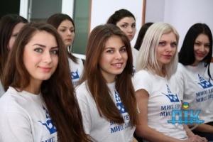 Участницы херсонского конкурса красоты передали благотворительную помощь детям погибших военнослужащих