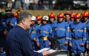 Порошенко анонсировал новую символику украинских спасателей