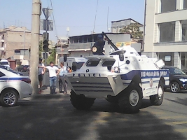 В Ереване неизвестные вооруженные люди захватили одно из зданий полиции