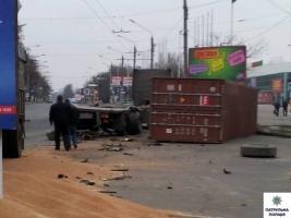 В Николаеве водитель грузовика, уснув за рулем, столкнулся с контейнеровозом