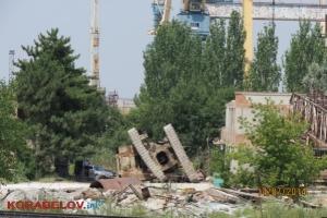 На территории предприятия «Ника-Тера» в Николаеве упал гусеничный подъемный кран