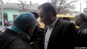 В Симферополе защитников прав крымскотатарского народа облили зелёнкой