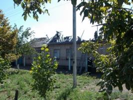 В Геническе полностью выгорела крыша жилого дома, хозяина которого забрали в больницу