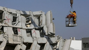 Землетрясение в Тайване разрушило 17-этажный дом. Под завалами оказались 132 человека