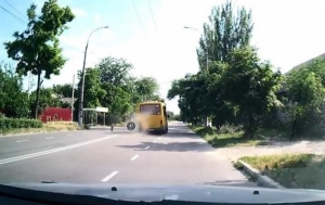 В Херсоне у маршрутки на ходу отвалились колеса. ВИДЕО