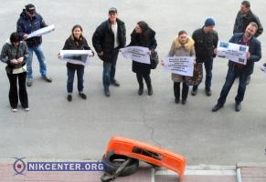 Николаевцы пикетировали мэрию из-за ужасного состояния дорог