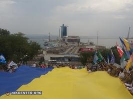 Одесситы развернули 25-метровый флаг Украины на Потемкинской лестнице (ФОТО)