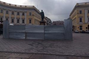 В Одессе обнесли забором памятник Дюку