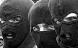 В центре Одессы преступники в масках отобрали у мужчины сумку с деньгами