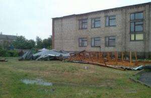 В Херсонской области ураганом сорвало крышу школы (фотофакт)
