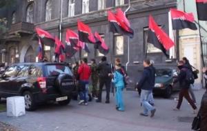 Правый сектор митингует в знак протеста против отказа Центризбиркома регистрировать кандидатов с непогашенной судимостью