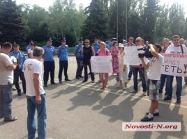 Горожане пикетируют сессию Николаевского горсовета