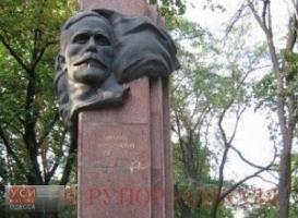В центре Одессы сносят памятник советскому революционеру